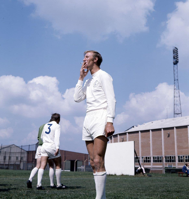 Джек Чарльтон курит в перерыве тренировки «Лидса». 1970 год