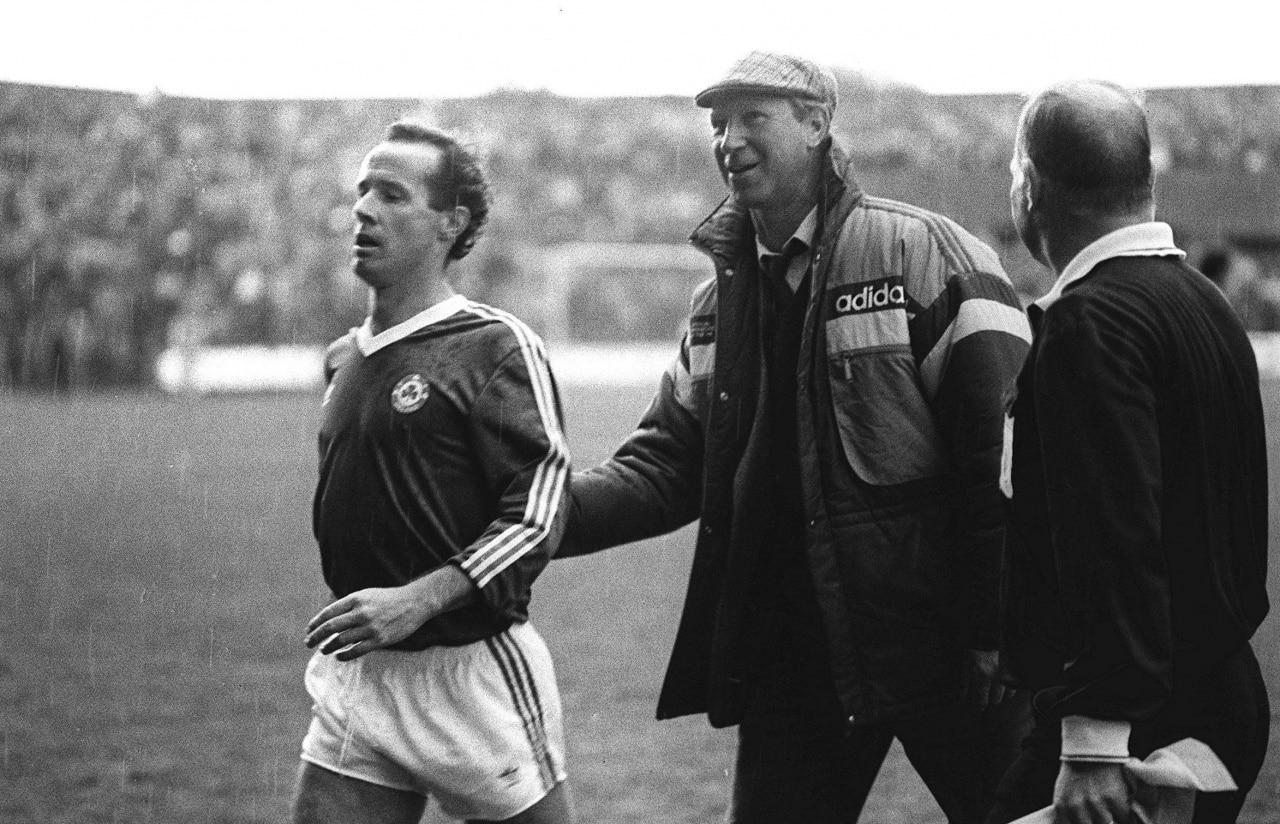 Джек Чарльтон, главный тренер сборной Ирландии, провожает своего игрока на замену