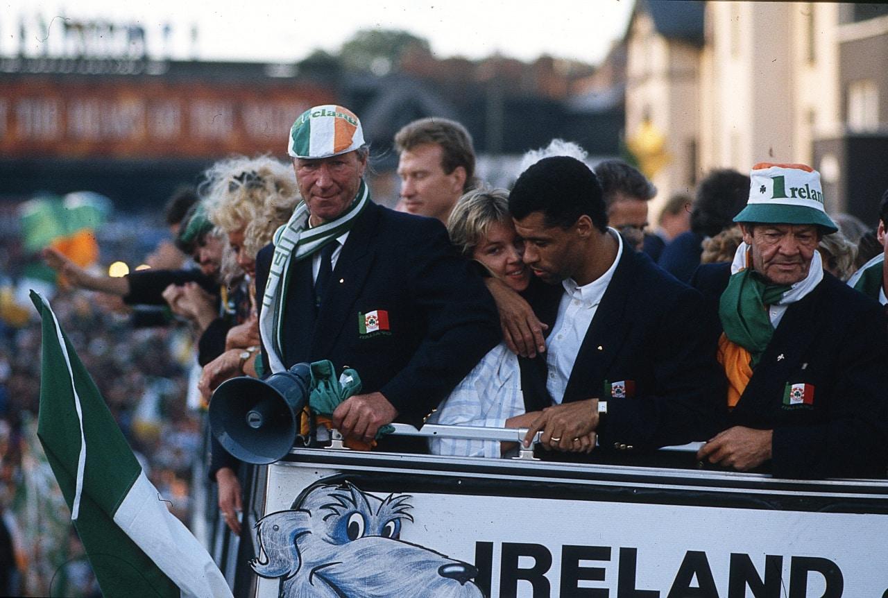 Джека Чарльтона и команду встречают толпы благодарных болельщиков. Сборная Ирландии дошла до 1/4 финала чемпионата мира в 1990 году
