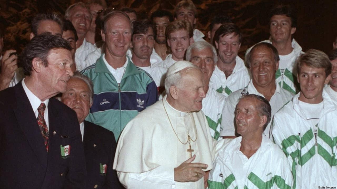 Сборная Ирландии (Джек в зеленой олимпийке) на приеме у папы римского, 1990 год
