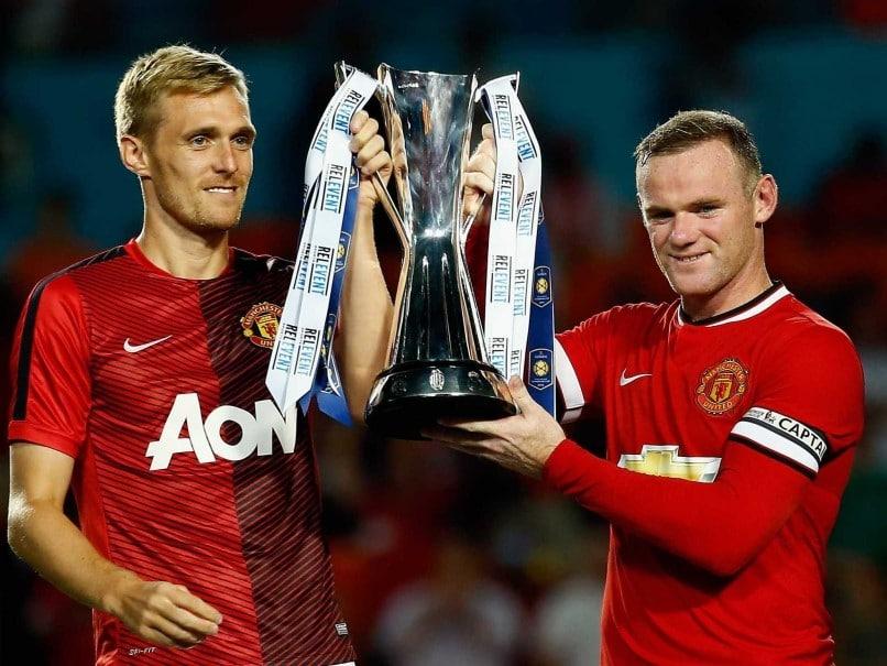 Руни и Флетчер поднимают Международный Кубок Чемпионов после победы над «Ливерпулем»