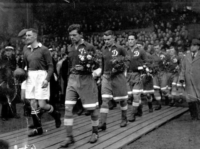 Игроки «Динамо» перед товарищеским матчем с «Челси» почтили память жертв второй мировой войны