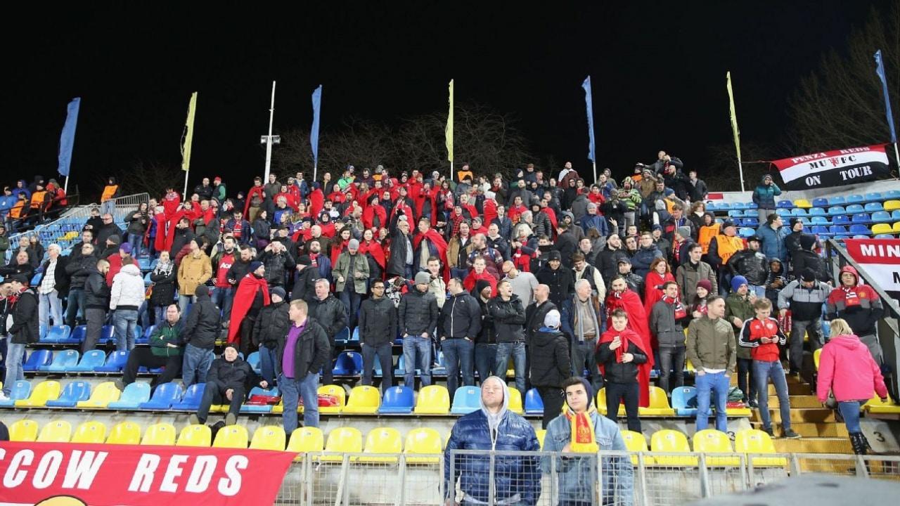 Фанаты «Юнайтед» на гостевой трибуне Олимпа-2