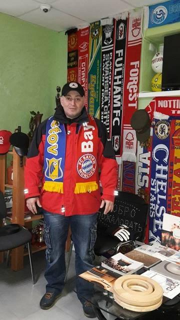 Давид и его богатая коллекция шарфов