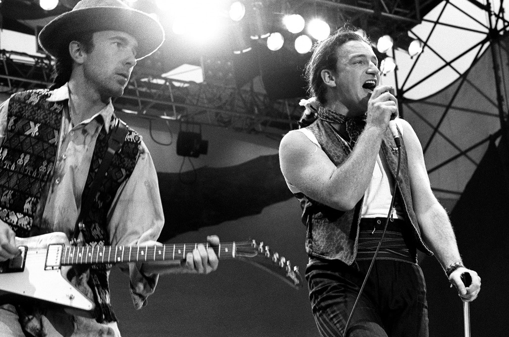 Группа U2 пользовалась потрясающей популярностью у сверстников Эдриана. На фото: Эдж и Боно во время концерта (1987 год)