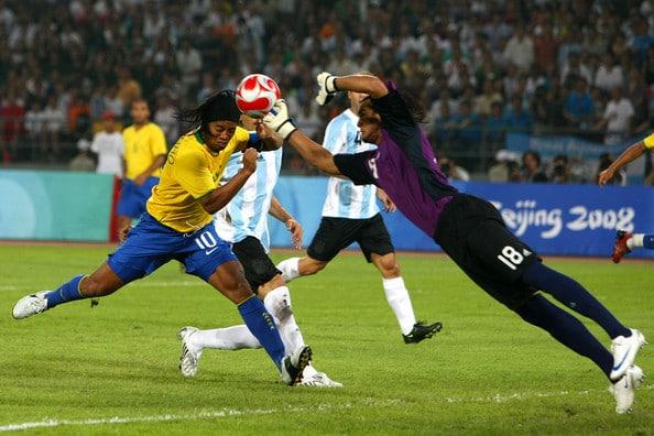 Ромеро эффектно выбивает мяч с головы Рональдиньо на Олимпиаде 2008